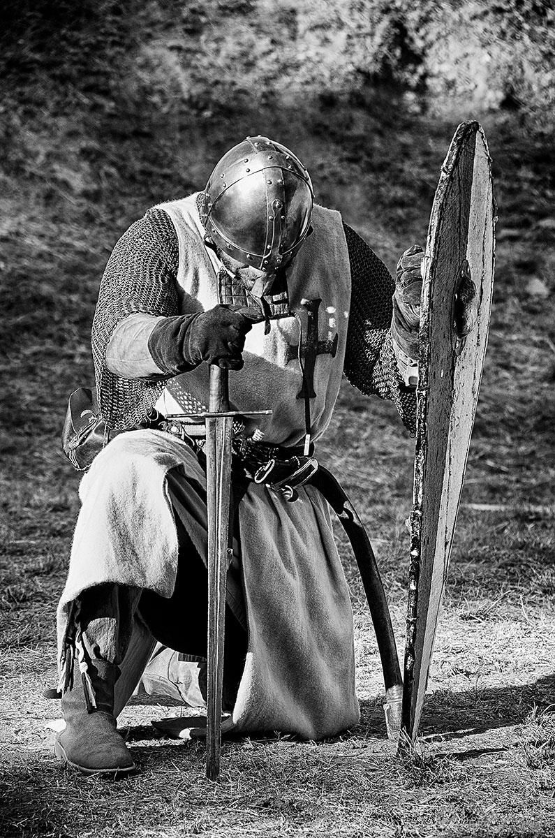 誓いを立てる騎士